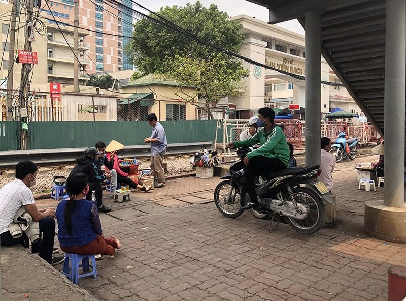 Chùm ảnh: Phong tỏa, thắt chặt giám sát y tế ở BV Bạch Mai - ảnh 7