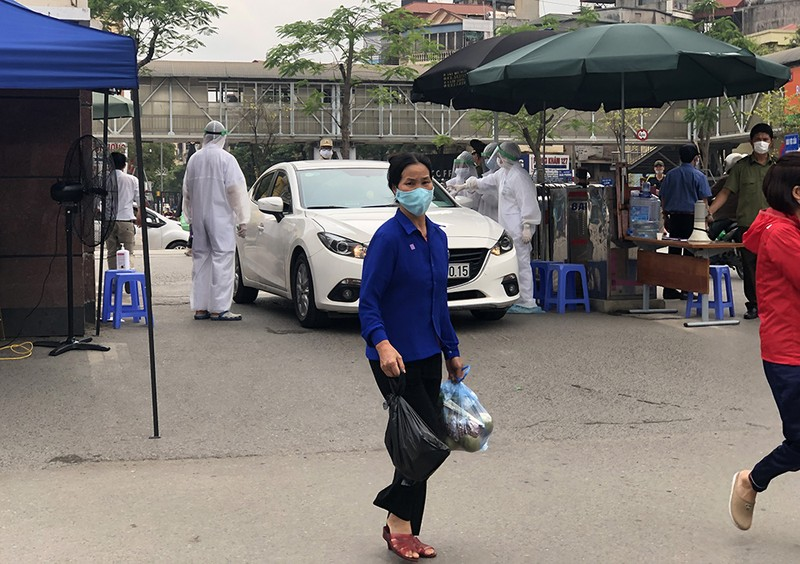 Chùm ảnh: Phong tỏa, thắt chặt giám sát y tế ở BV Bạch Mai - ảnh 4