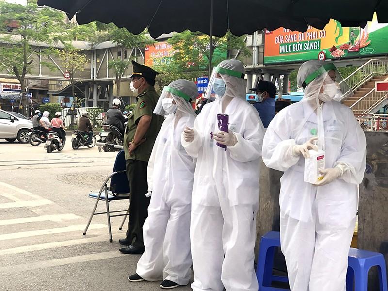 Chùm ảnh: Phong tỏa, thắt chặt giám sát y tế ở BV Bạch Mai - ảnh 1
