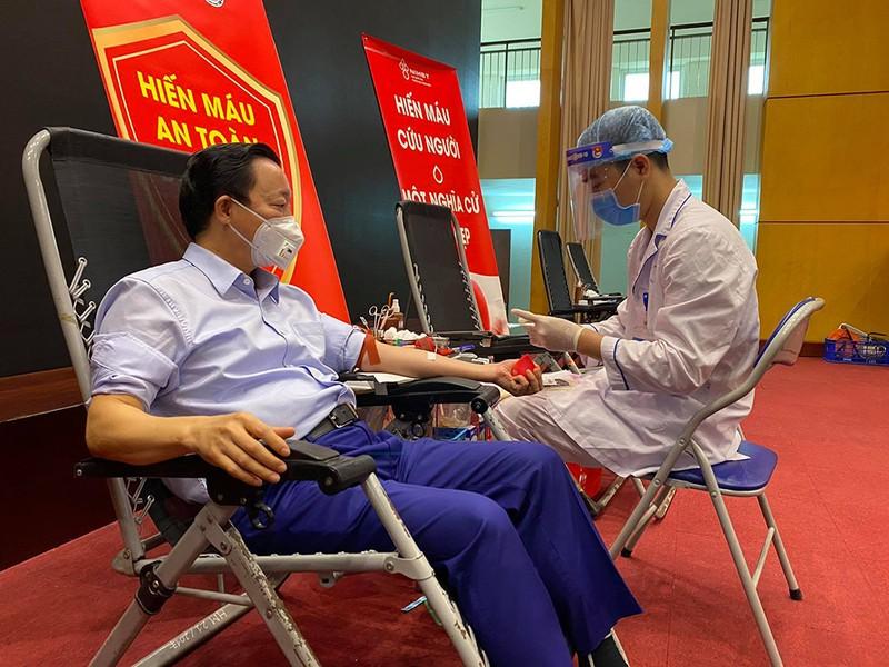 Bộ trưởng Trần Hồng Hà hiến máu giữa mùa dịch COVID-19 - ảnh 1