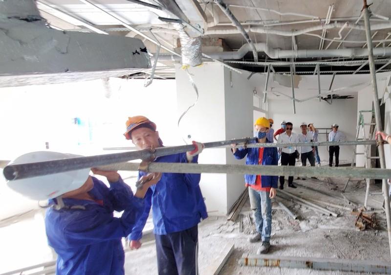 Bắt đầu phá dỡ tầng 18 nhà 8B Lê Trực - ảnh 2