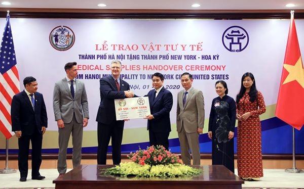 TP Hà Nội tặng TP New York vật tư chống dịch COVID-19 - ảnh 1
