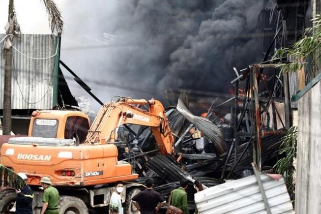 kho hóa chất bị cháy ở Long Biên
