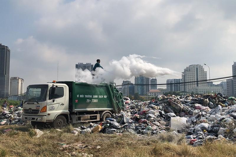Thủ đô Hà Nội đối mặt khủng hoảng rác thải sinh hoạt - ảnh 1