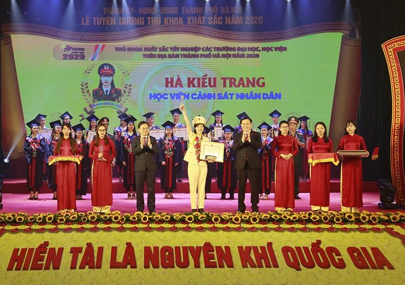 Hà Nội tuyên dương 88 thủ khoa xuất sắc - ảnh 1