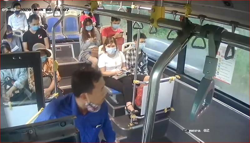 Nhắc khách đeo khẩu trang, phụ xe buýt Hà Nội bị nhổ nước bọt - ảnh 1