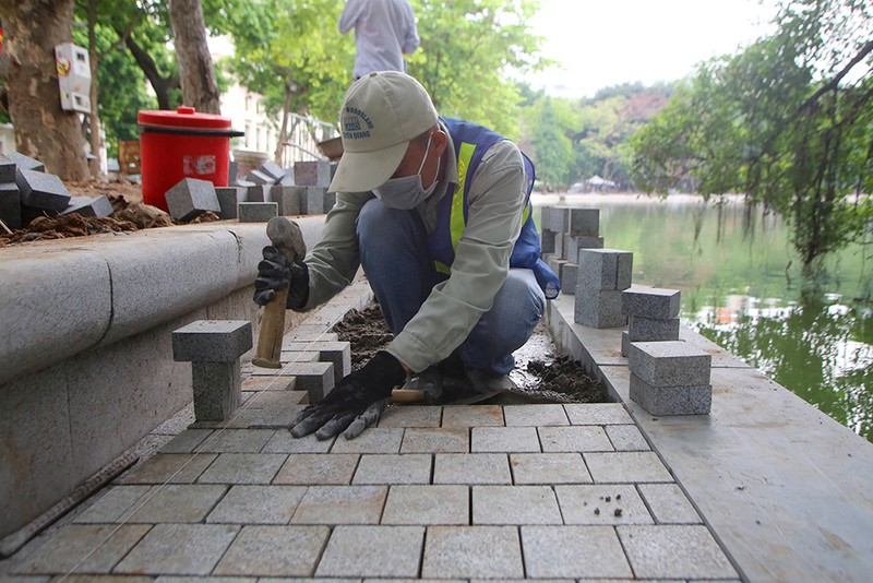Công trình lát đá vỉa hè, chỉnh trang Hồ Gươm sắp về đích - ảnh 5