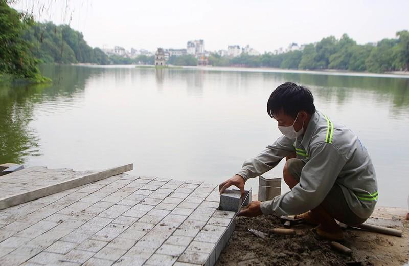 Công trình lát đá vỉa hè, chỉnh trang Hồ Gươm sắp về đích - ảnh 4