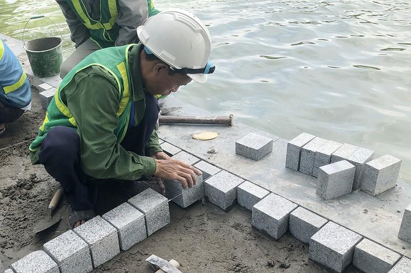 Công trình lát đá vỉa hè, chỉnh trang Hồ Gươm sắp về đích - ảnh 3