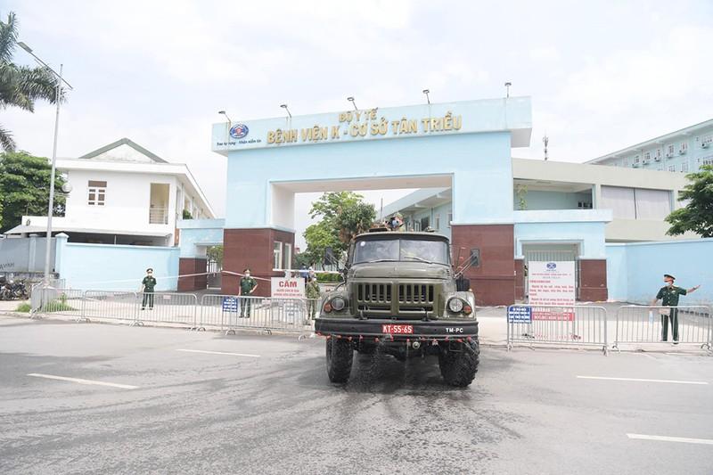 Cận cảnh Bộ Tư lệnh Thủ đô phun khử khuẩn tại Bệnh viện K - ảnh 9