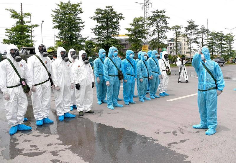 Cận cảnh Bộ Tư lệnh Thủ đô phun khử khuẩn tại Bệnh viện K - ảnh 1