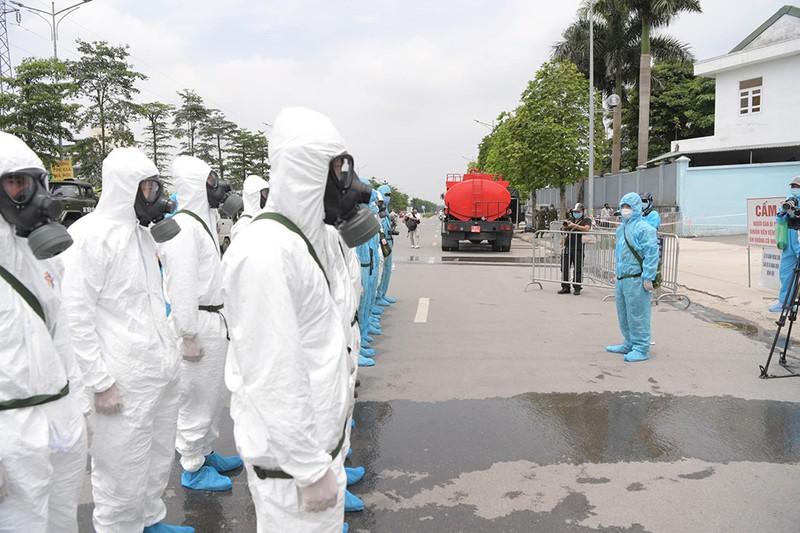 Cận cảnh Bộ Tư lệnh Thủ đô phun khử khuẩn tại Bệnh viện K - ảnh 2