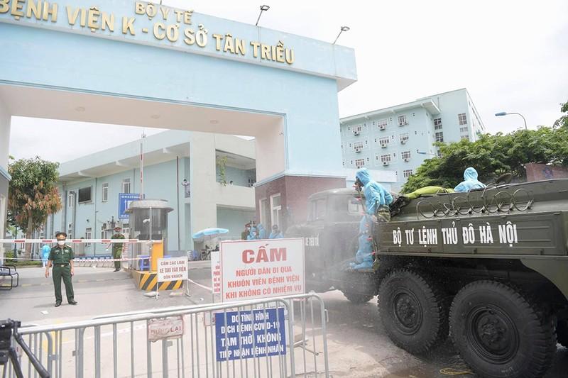 Cận cảnh Bộ Tư lệnh Thủ đô phun khử khuẩn tại Bệnh viện K - ảnh 3
