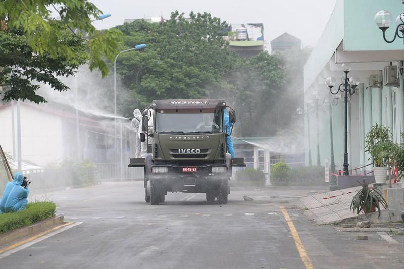 Cận cảnh Bộ Tư lệnh Thủ đô phun khử khuẩn tại Bệnh viện K - ảnh 5