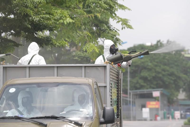 Cận cảnh Bộ Tư lệnh Thủ đô phun khử khuẩn tại Bệnh viện K - ảnh 6