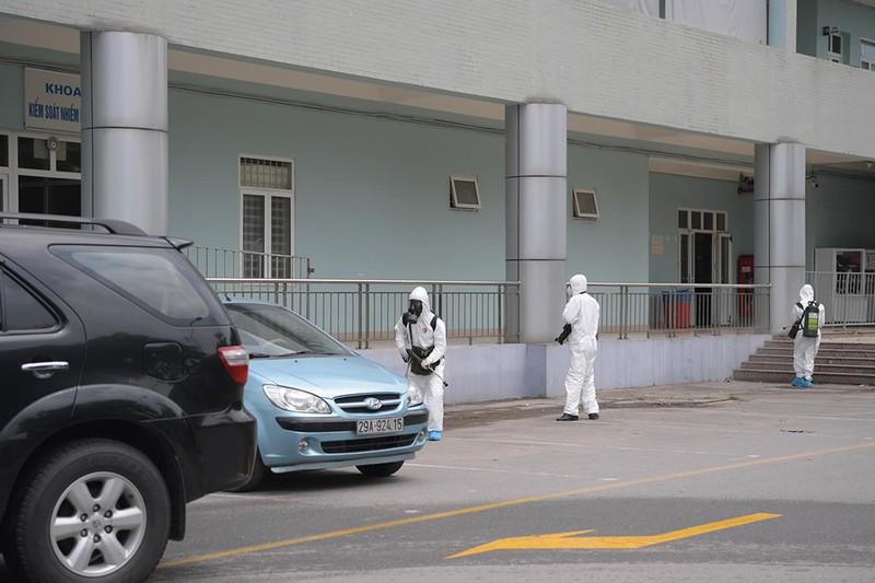 Cận cảnh Bộ Tư lệnh Thủ đô phun khử khuẩn tại Bệnh viện K - ảnh 8