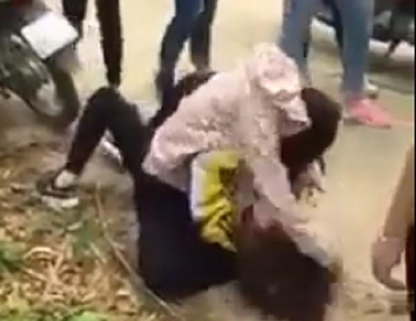 Nữ sinh bị đánh hội đồng dã man - ảnh 1