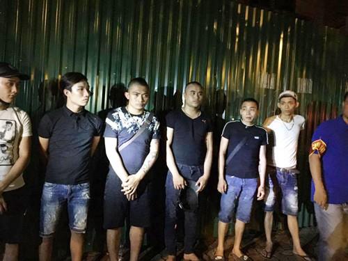 Tạm giữ nhóm thanh niên mang 'bom bẩn' đi đòi nợ - ảnh 1