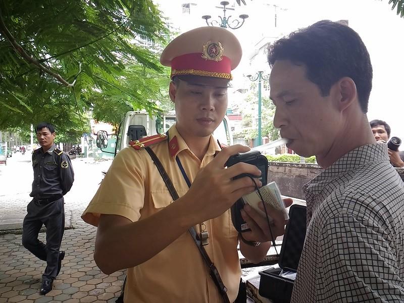 CSGT mở đợt cao điểm xử phạt 'ma men' - ảnh 1