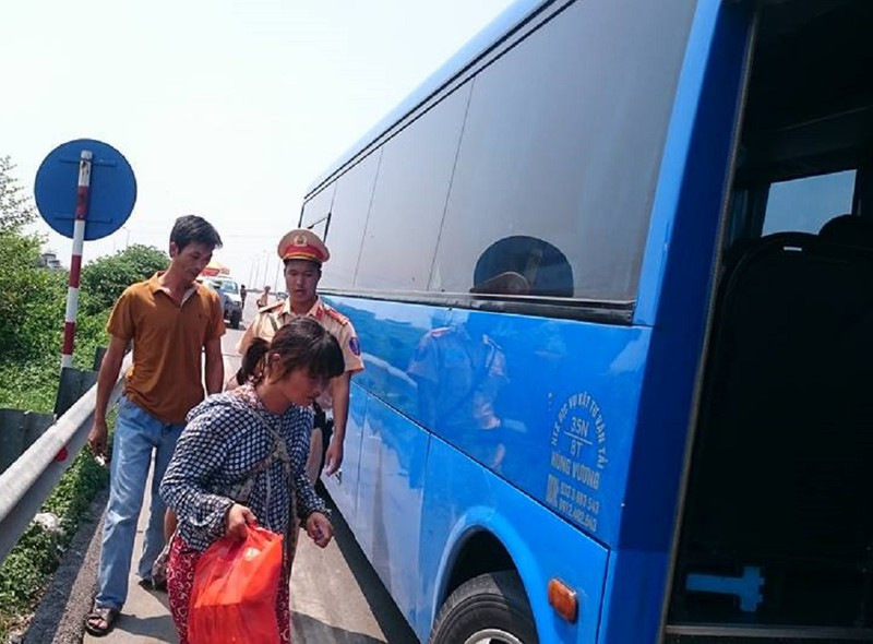 Người phụ nữ trốn từ Trung Quốc về Việt Nam, CSGT giúp kinh phí về quê - ảnh 2