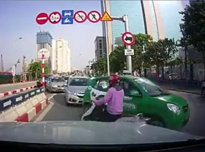Bốn chiếc ô tô nối đuôi nhau đi ngược chiều