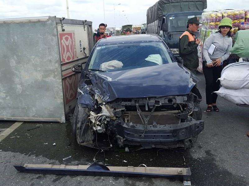 Tai nạn liên hoàn, xe tải lật ngang, xe con bẹp dúm - ảnh 2