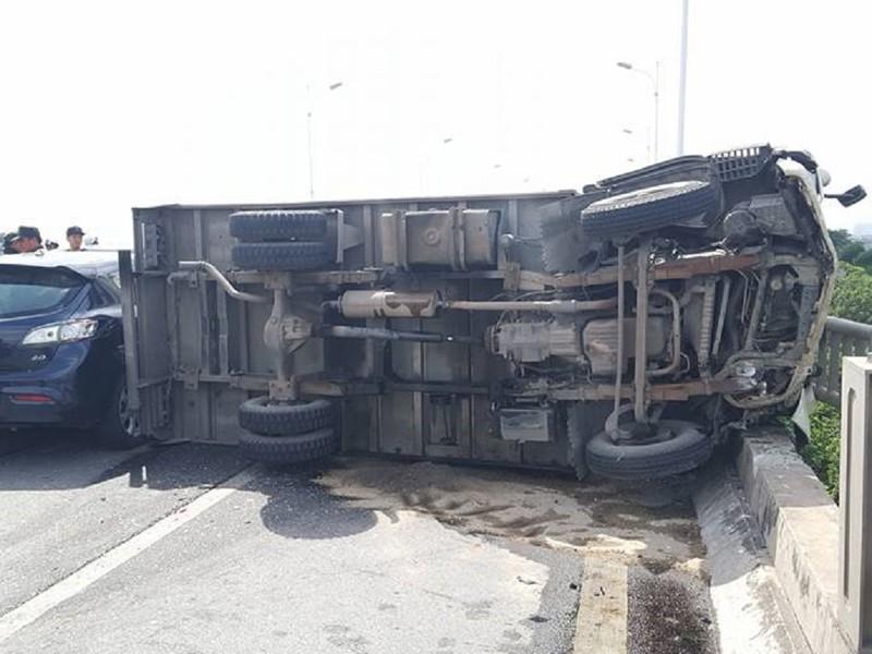 Tai nạn liên hoàn, xe tải lật ngang, xe con bẹp dúm - ảnh 1
