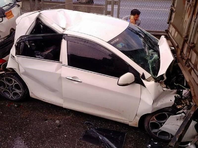 Tai nạn liên hoàn, xe tải lật ngang, xe con bẹp dúm - ảnh 3