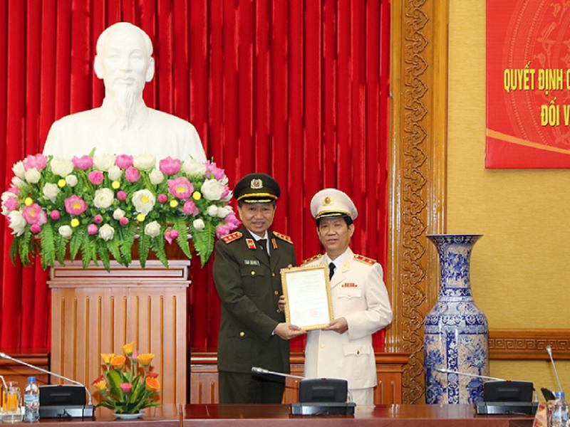 Thượng tướng Tô Lâm (trái) trao quyết định thăng cấp bậc hàm cho Trung tướng Nguyễn Văn Sơn. Ảnh: Bộ Công an