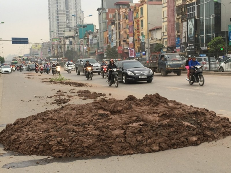 Dính dầu loang, xe ngã la liệt tại hầm Kim Liên - ảnh 2