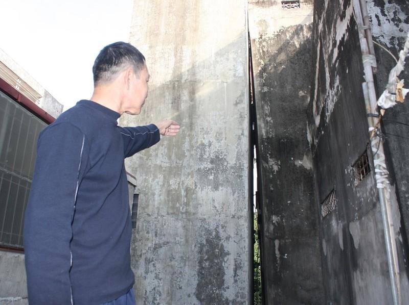Hà Nội: Khiếp vía ngôi nhà nghiêng... 60 cm chờ đổ sập - ảnh 1