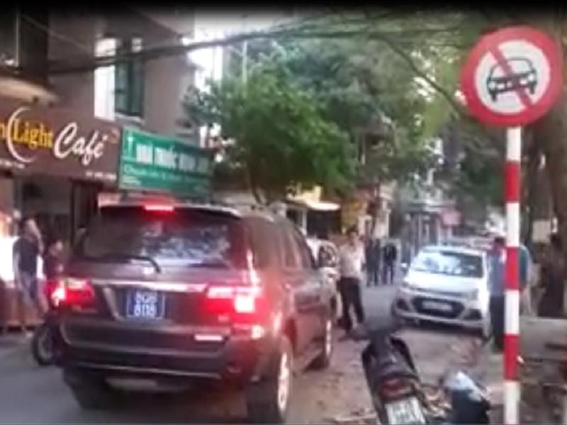 Xe biển xanh đi ngược chiều, ép taxi nhường đường - ảnh 1