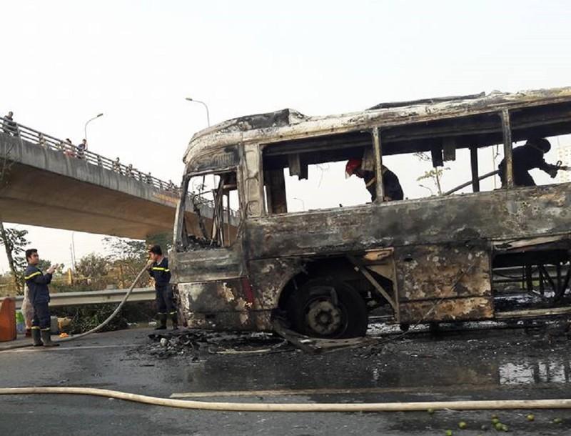 Xe khách cháy trơ khung trên đại lộ Thăng Long - ảnh 2