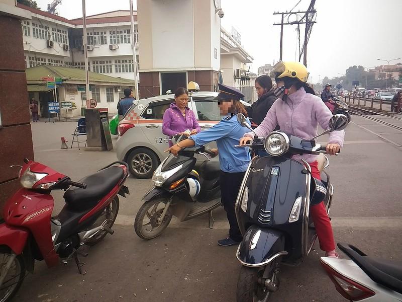 Gác tàu thu vé xe 'cắt cổ' trước cổng BV Bạch Mai - ảnh 2