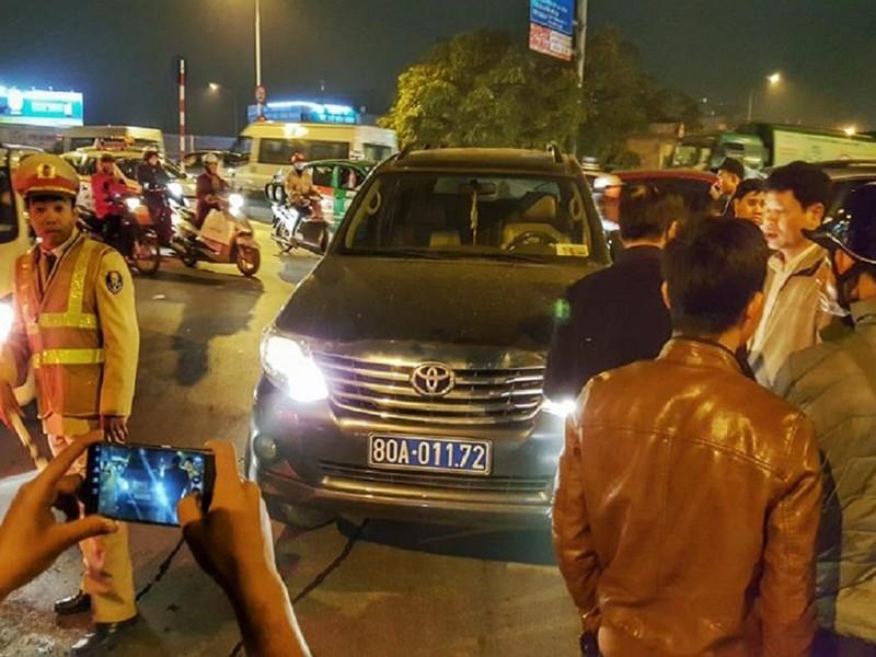 Lái xe biển xanh không tuân thủ hiệu lệnh, dọa cảnh sát - ảnh 1