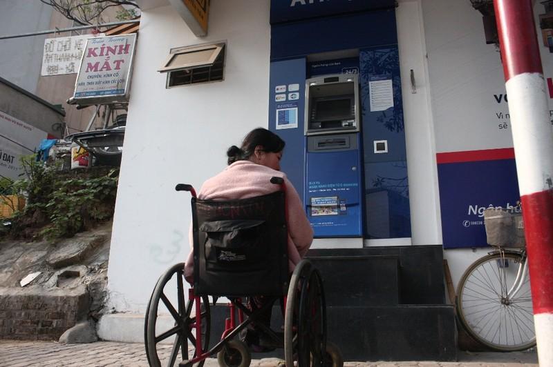 Dẹp vỉa hè: Người dân 'chật vật' rút tiền từ máy ATM - ảnh 6