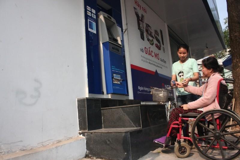 Dẹp vỉa hè: Người dân 'chật vật' rút tiền từ máy ATM - ảnh 7