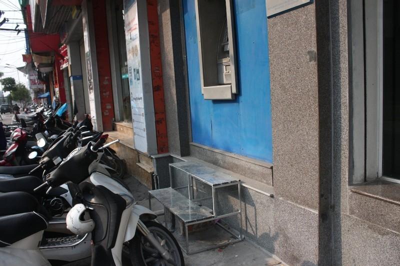Dẹp vỉa hè: Người dân 'chật vật' rút tiền từ máy ATM - ảnh 8
