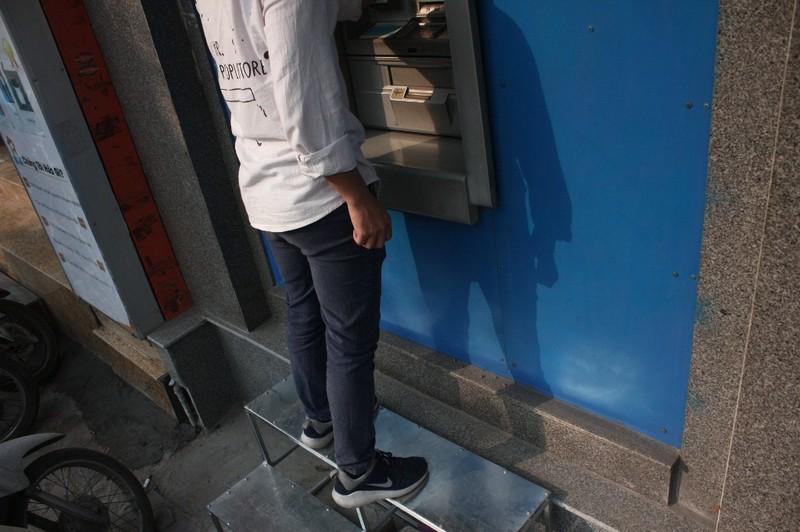 Dẹp vỉa hè: Người dân 'chật vật' rút tiền từ máy ATM - ảnh 9