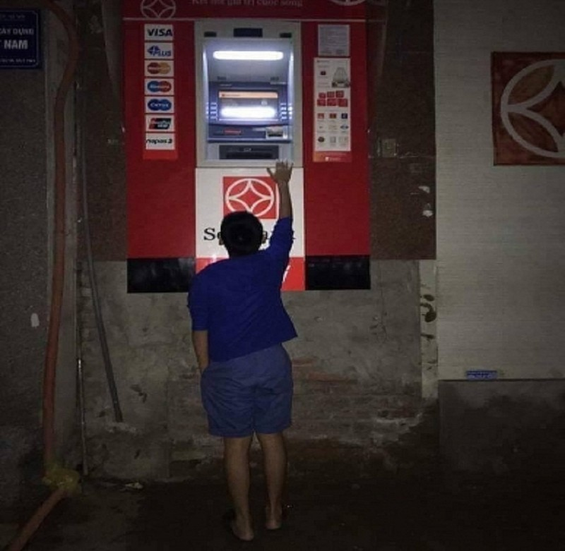 Dẹp vỉa hè: Người dân 'chật vật' rút tiền từ máy ATM - ảnh 1