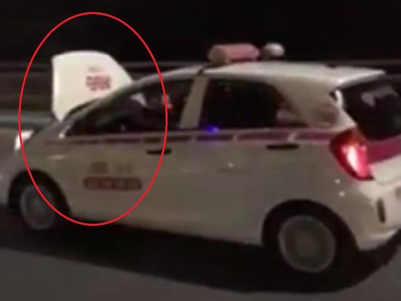 Tước bằng lái tài xế taxi chạy xe bung nắp capo  - ảnh 1