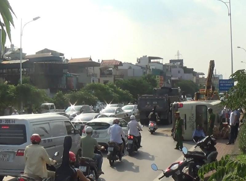 Xe khách lật giữa đường, nhiều người bị thương - ảnh 1