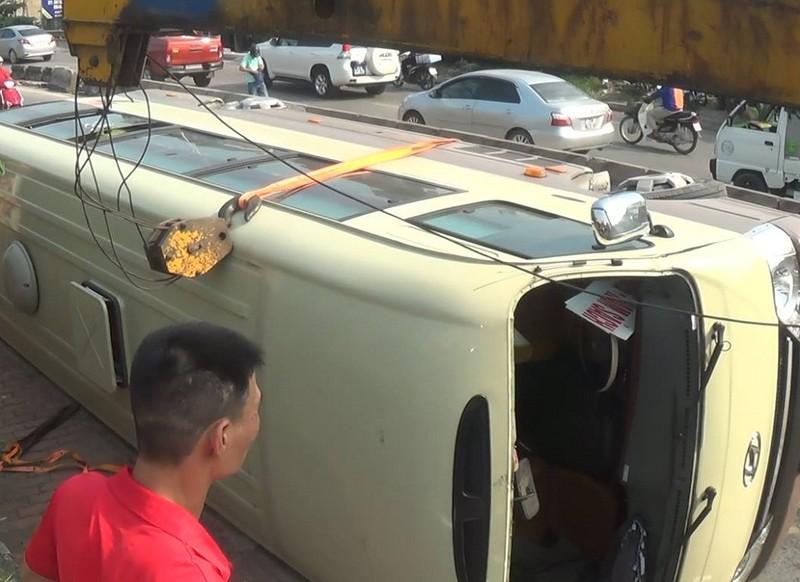 Xe khách lật giữa đường, nhiều người bị thương - ảnh 2
