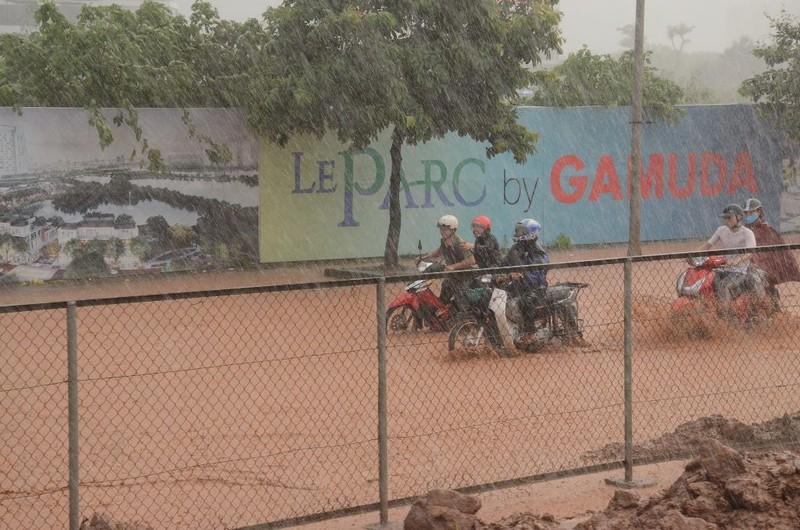 Hà Nội ngập, hàng ngàn ô tô 'chôn chân' dưới mưa tầm tã - ảnh 4