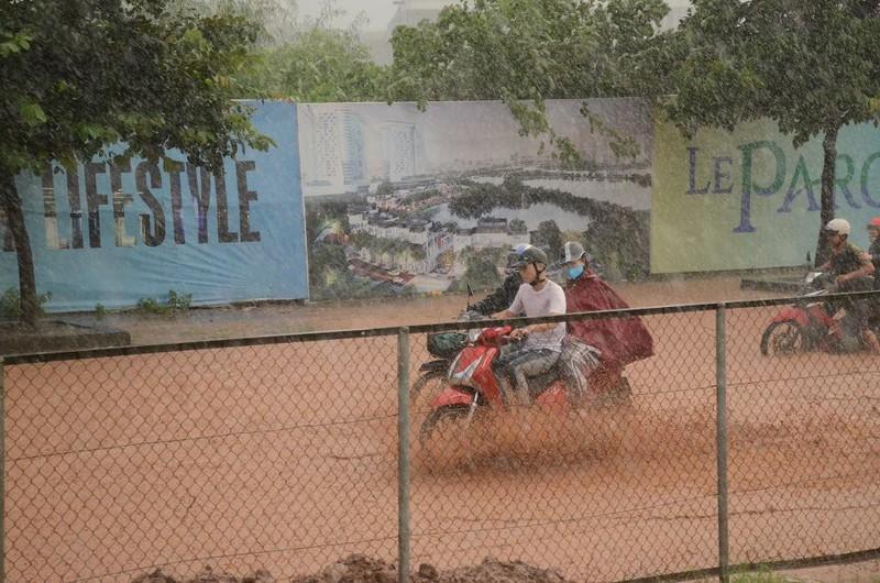 Hà Nội ngập, hàng ngàn ô tô 'chôn chân' dưới mưa tầm tã - ảnh 5