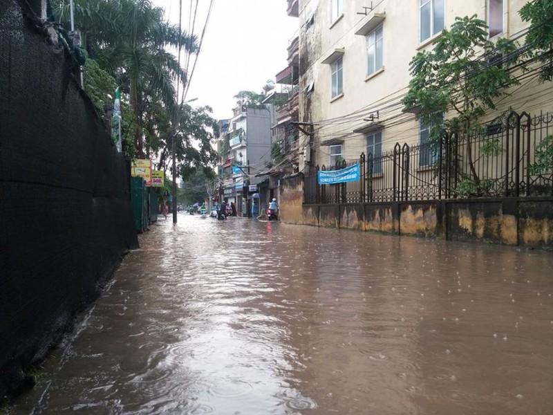Hà Nội ngập, hàng ngàn ô tô 'chôn chân' dưới mưa tầm tã - ảnh 6
