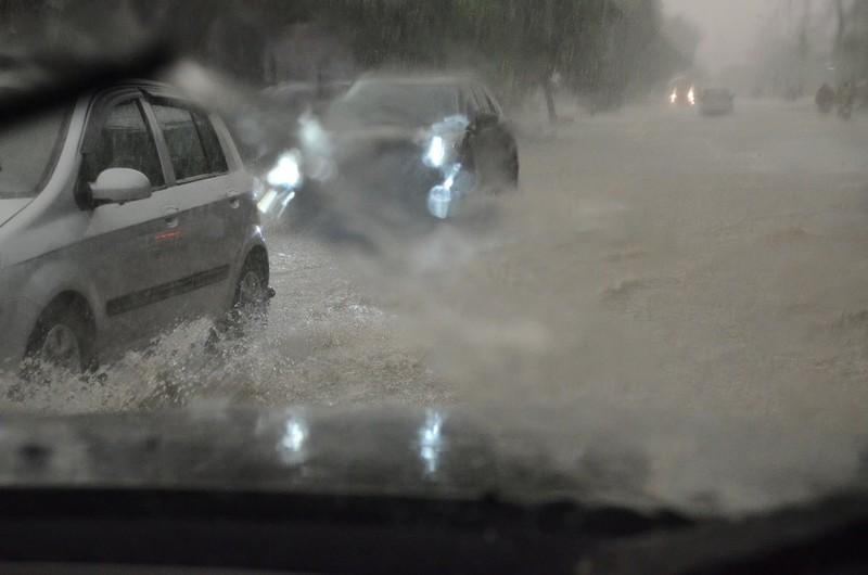 Hà Nội ngập, hàng ngàn ô tô 'chôn chân' dưới mưa tầm tã - ảnh 7