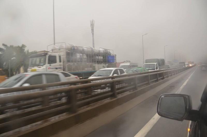 Hà Nội ngập, hàng ngàn ô tô 'chôn chân' dưới mưa tầm tã - ảnh 1