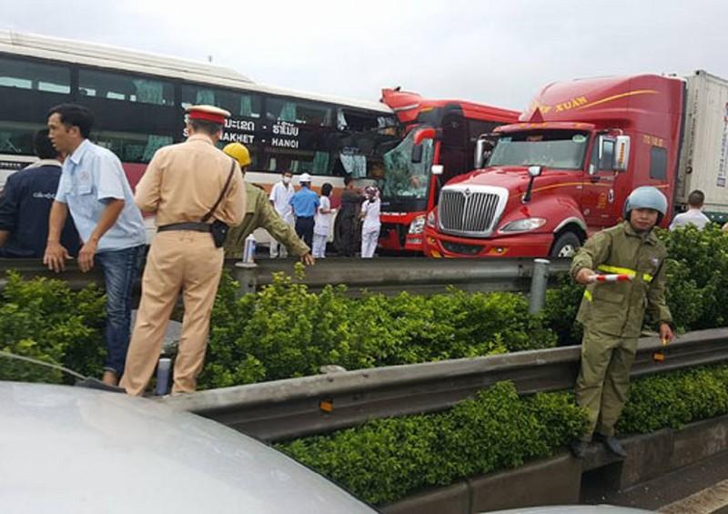 2 xe khách tông nhau, hàng chục người cấp cứu - ảnh 1