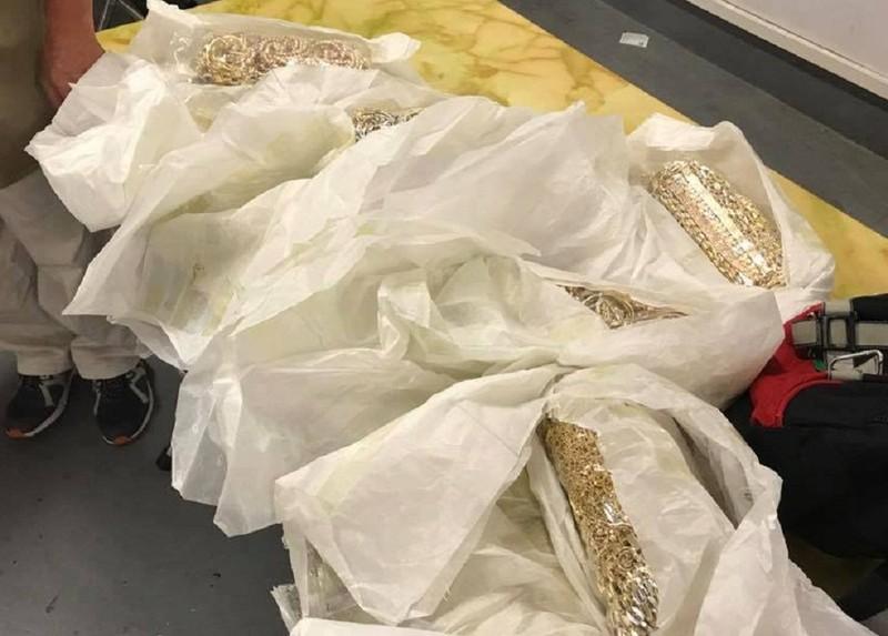 5 người quấn 30 kg vàng quanh bụng tại sân bay Nội Bài - ảnh 1